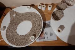 dépôt des pièces en porcelaine crue sur les plaques de cuisson