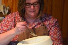travail en atelier: coulage à la cuillère de la porcelaine