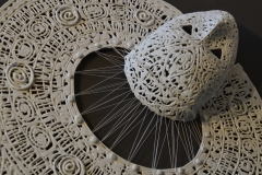 "pièce finie: ""Yam Karamapim"" (Masque Igname)- (porcelaine et fil- 42x35x6cm)"