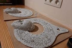 sortie des pièces en porcelaine du four